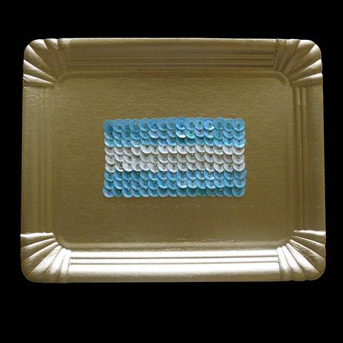 Bandera Argentina, serie, objetos ensamblados sobre bandeja de cartón dorada, 23 x 27,5 cm, 2011.