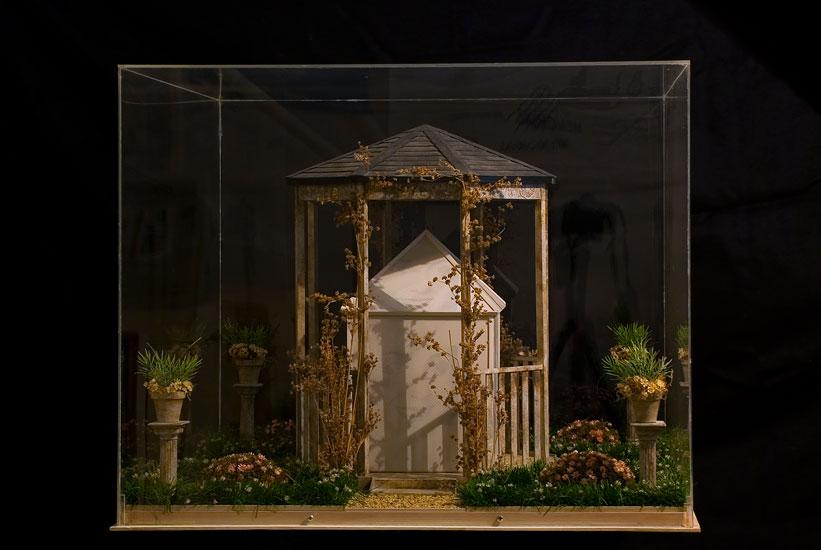 Pasado y presente, impresión serigráfica sobre porcelana y objetos  ensamblados, 52 x 65 x 65 cm, 2008.