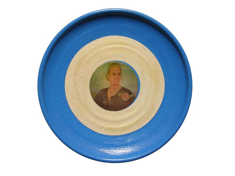 Presencia I, acrílico y papel collage sobre cerámica, 24 x 24 cm, 2007.