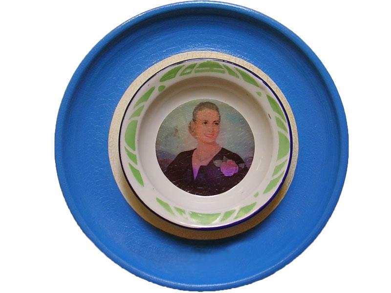 Evita en lo cotidiano, papel collage y ensamblaje de objetos sobre plato de cerámica, 24 cm, 2007