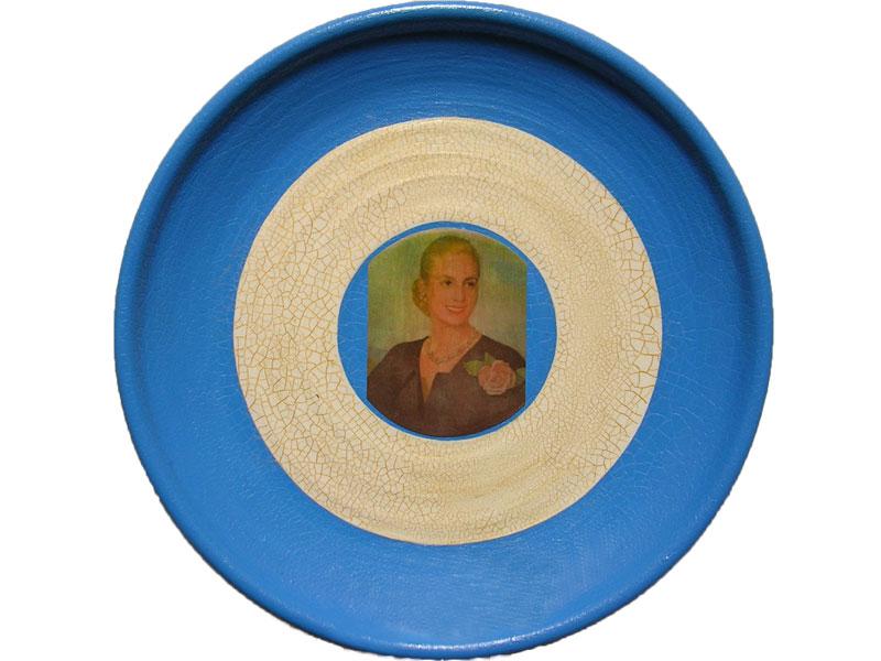 Evita, papel collage sobre plato de cerámica, 24 cm, 2006