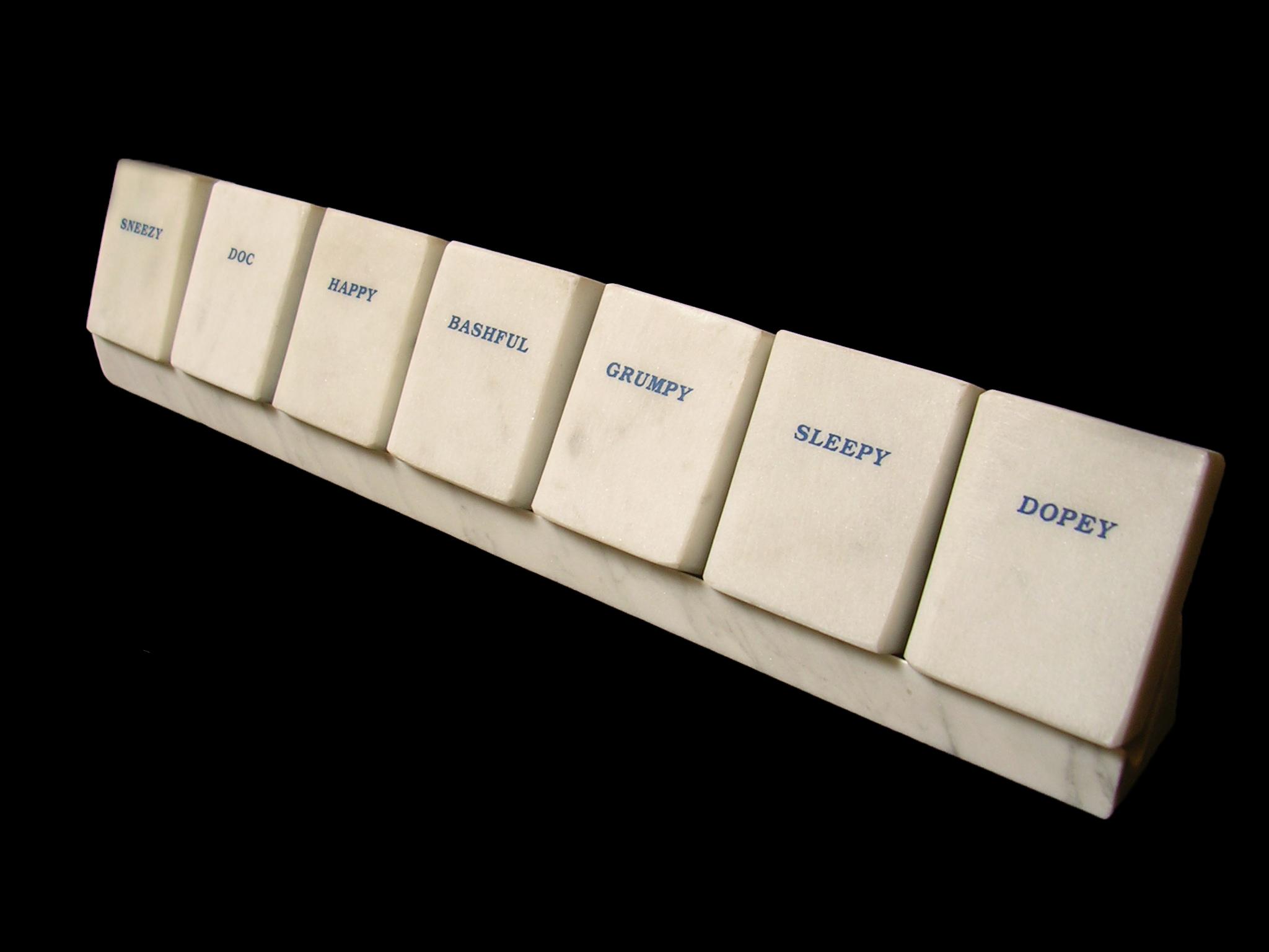 Los siete enanitos, siete libros en mármol de Carrara blanco 5 cm x 3 cm x 1,5 cm cada uno, 1984