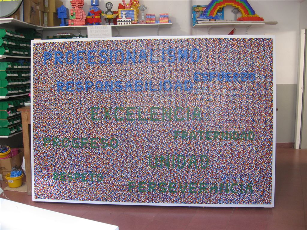 Centro de Diagnóstico Rossi 30 años, ensamblaje de piezas Rasti sobre madera, obra participativa, 300  x 100  x 85 cm, 2010.