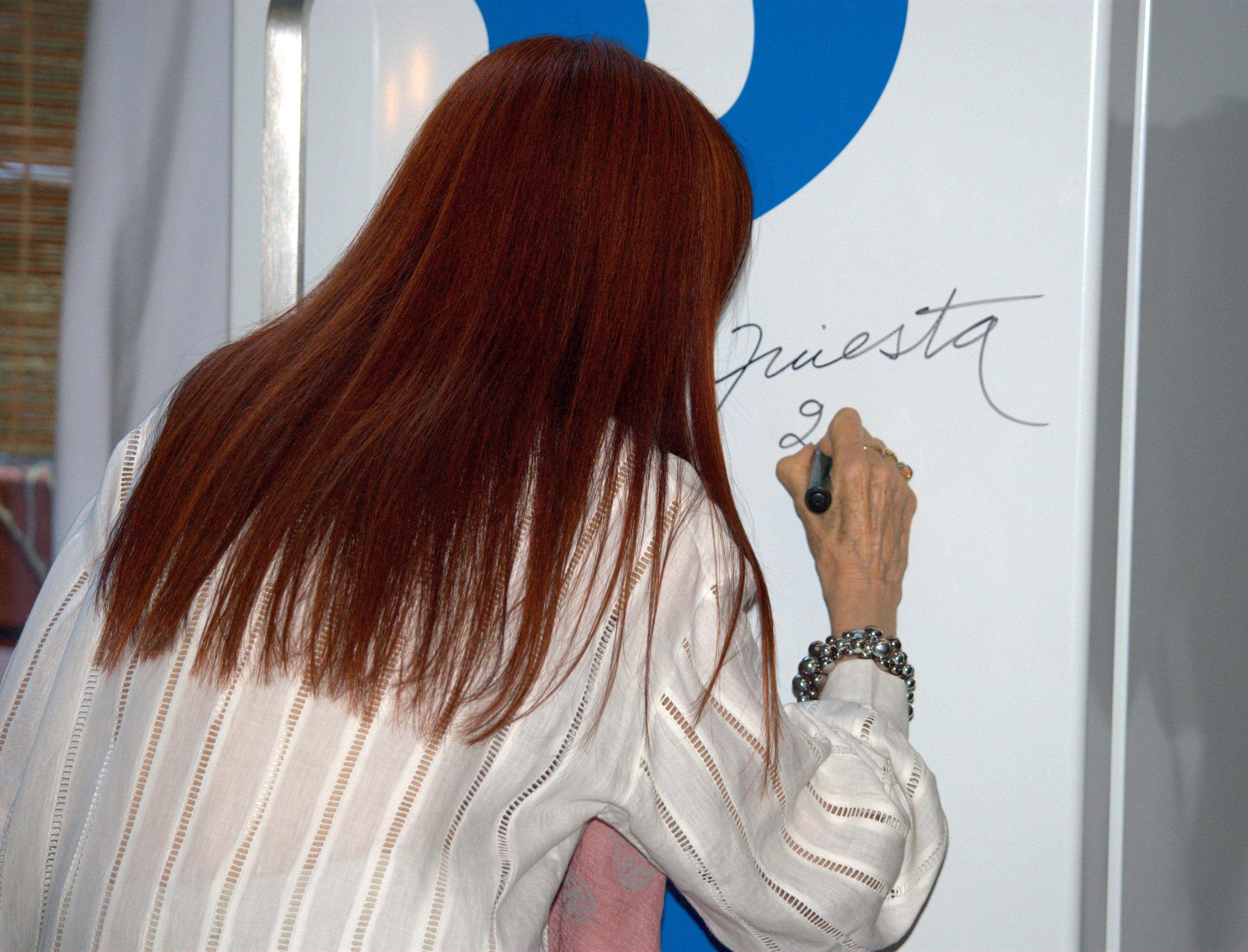 Nora Iniesta firmando heladera