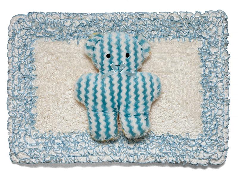 Osito Argentino, objetos ensamblados; género bordado y plush, 43 cm x 60 cm, 2016