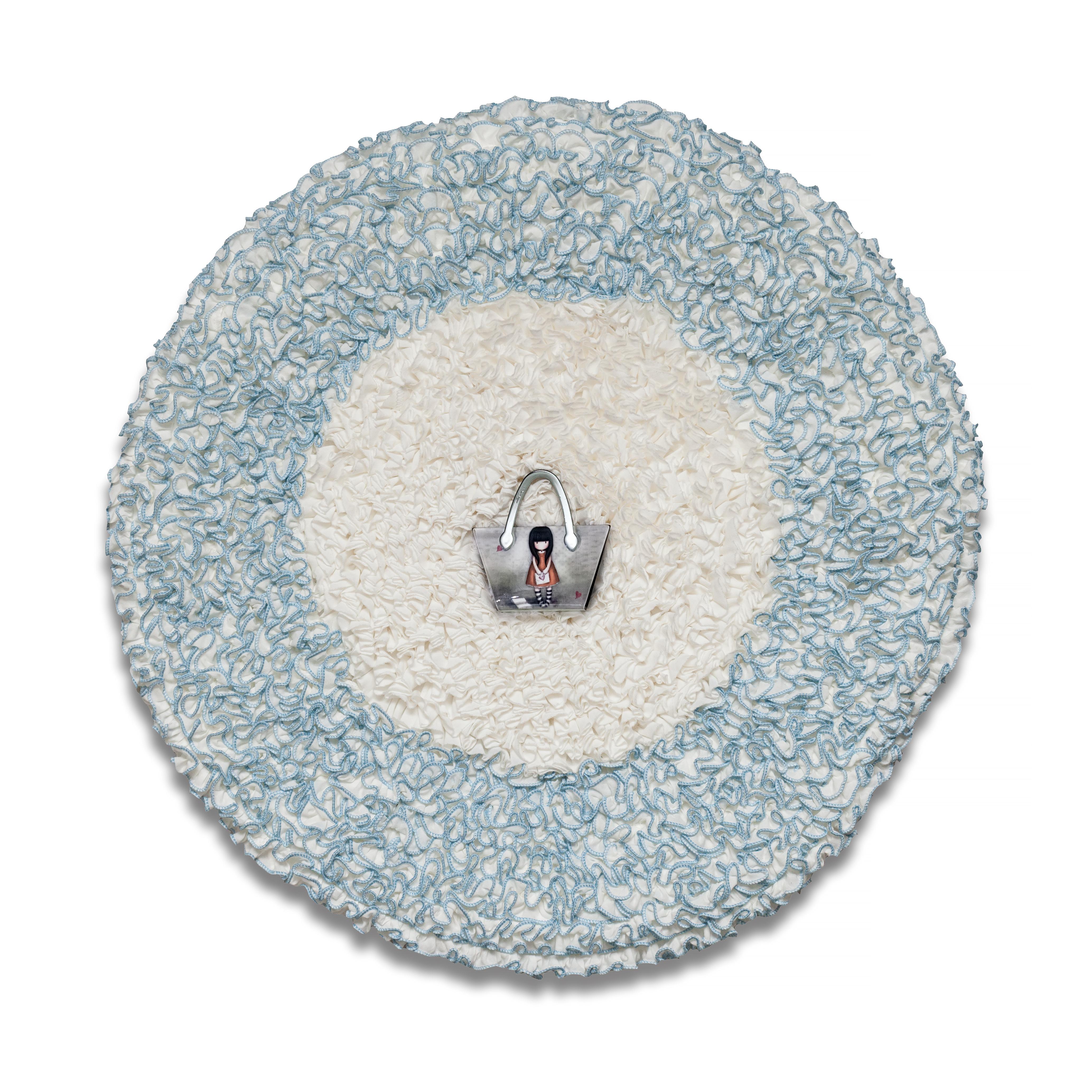 La Niña Argentina, objetos ensamblados; género bordado y metal, 49 cm x 49 cm. 2016
