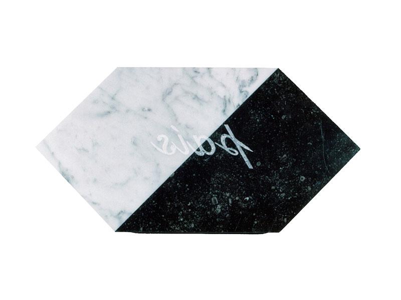 País, escultura en mármol de Carrara y granito negro, 21 cm x 42 cm x 3.5 cm, dorso, 2001