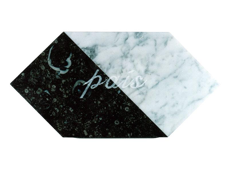 País, escultura en mármol de Carrara y granito negro, 21 cm x 42 cm x 3.5 cm, frente, 2001