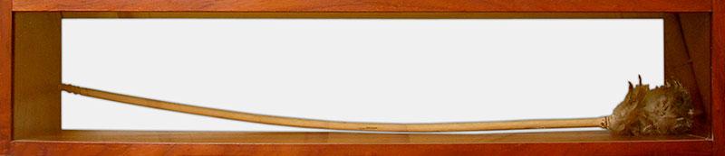 Requiem para un plumero, instalación, 25 cm x 118 cm x 25 cm