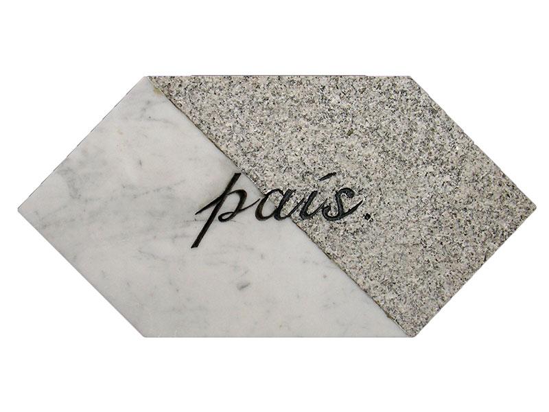 País, escultura en mármol de Carrara y granito Gris Mara, 21 cm x 42 cm x 3.5 cm, derecho, 2001