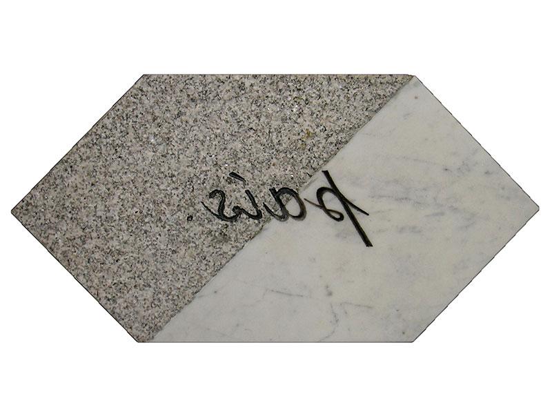 País, escultura en mármol de Carrara y granito Gris Mara, 21 cm x 42 cm x 3.5 cm, revés, 2001