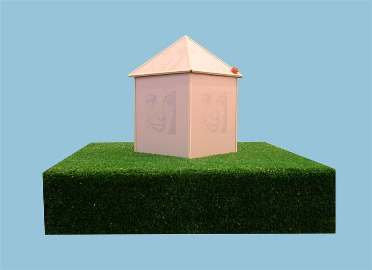 Casa Evita, impresión serigráfica sobre porcelana y objetos  ensamblados, 52 x 65 x 65 cm, 2008.