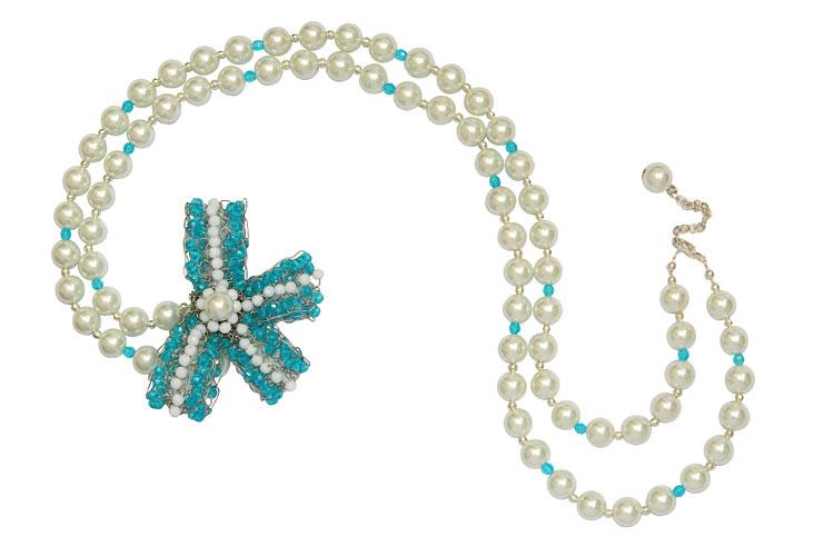 Collar perlas, simple con pin moño, 2010.