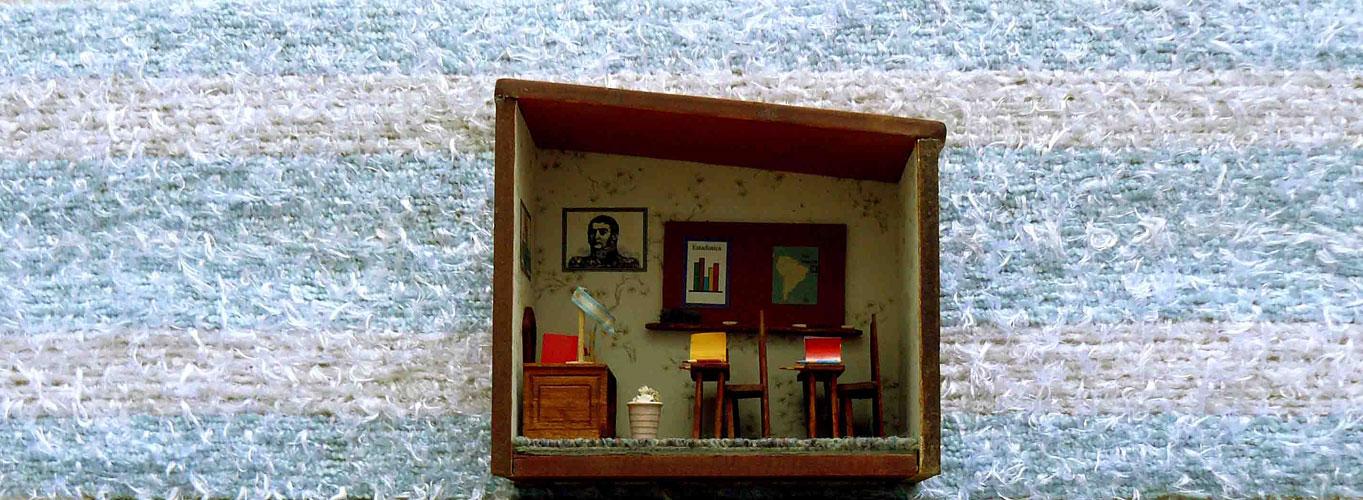 Educación, objetos ensamblados, 29 x 150 x 16,5 cm, 2011.