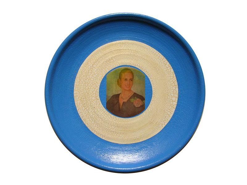 Evita perseverante, acrílico y papel collage sobre cerámica, 24 x 24 cm, 2007