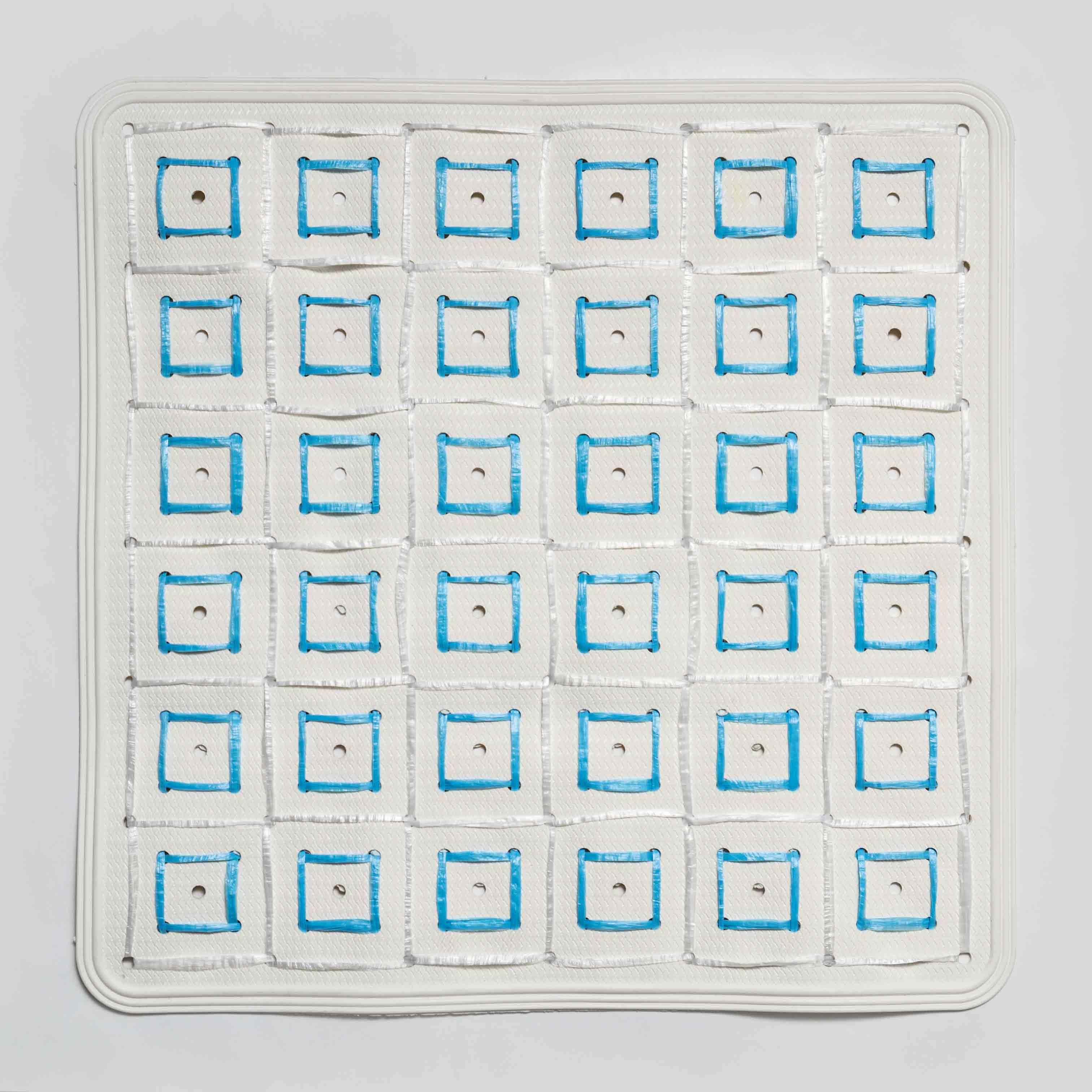 Mirando a oriente, cintas ensambladas, 52 x 52 cm, 2012