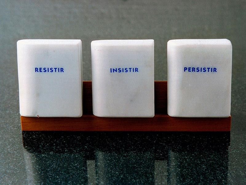Resistir, Insistir, Persistir, trío de mármol de Carrara, 6 cm x 5 cm x 2 cm, 1984
