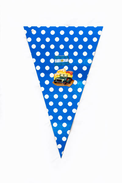 Argentina Pop VIII. Serie de 10 banderines, papel impreso y papel collage;medidas variables. 2015