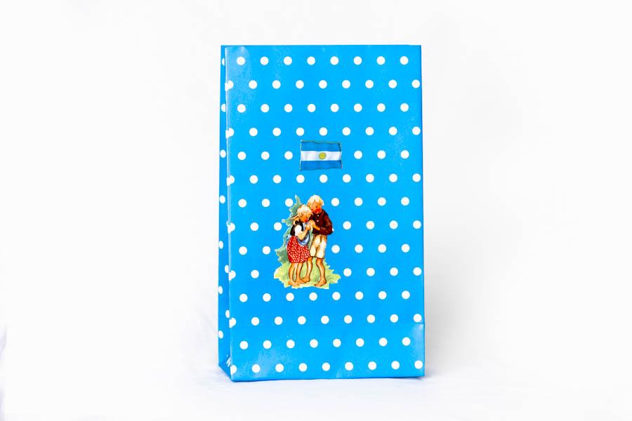 Argentina Próspera Pop, serie de 10 bolsas, papel impreso y papel collage, 22 cm x 13 cm x 3 cm. 2015