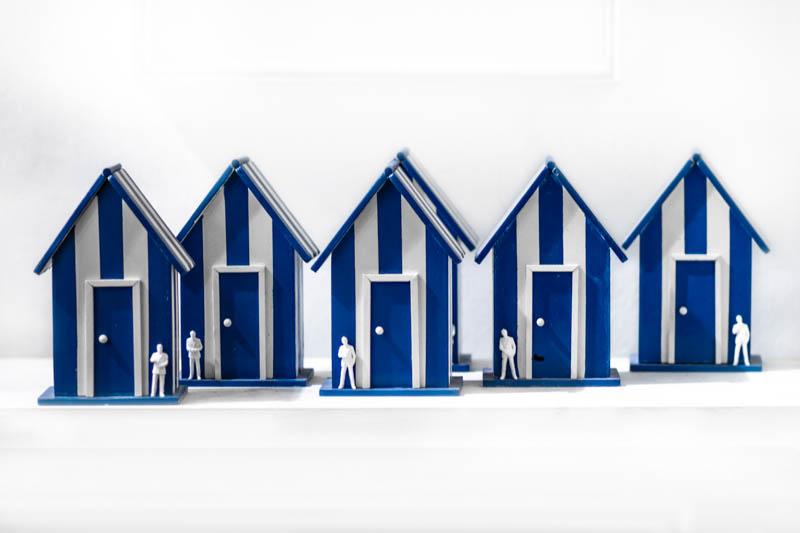 Casita, objetos ensamblados, madera , plástico y pintura, 16 cm x 10 cm x 7 cm, 2013