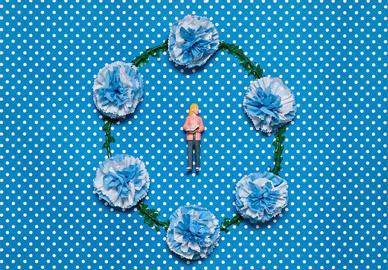 Serie Los Oficios, La Lectora; objetos ensamblados, plástico y papel collage, 49 cm x 70 cm x 9 cm. 2016