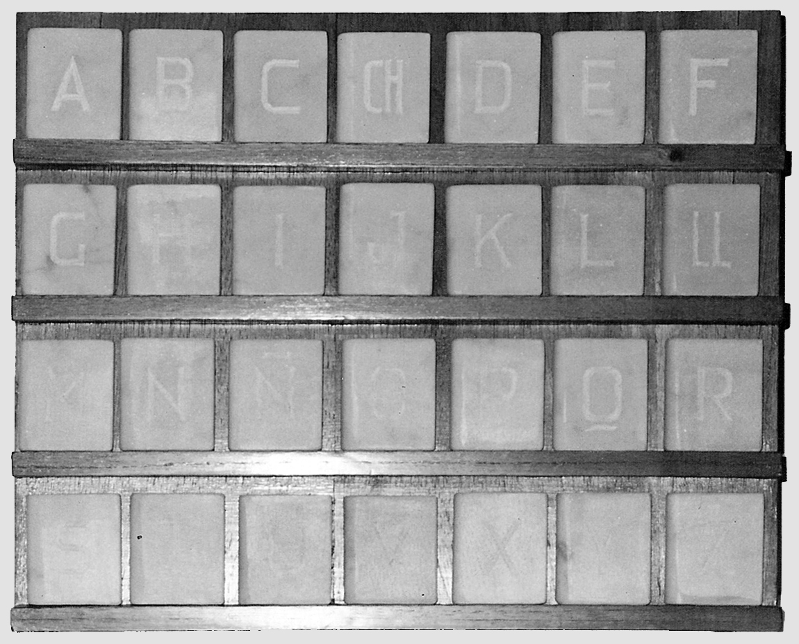 Abecedario, instalación de libros de mármol de Carrara, 18 cm x 15 cm x 3 cm cada uno, 105 cm x 85 cm, 1984