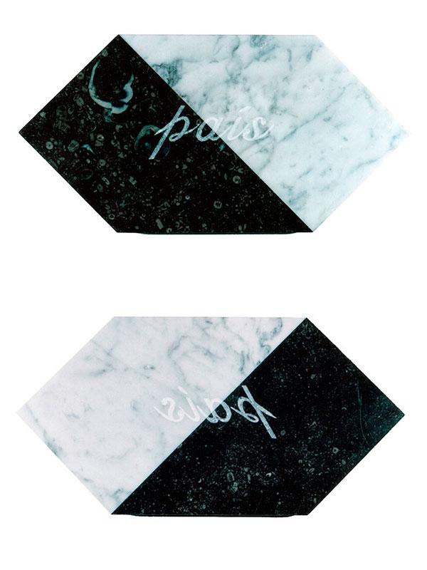 País, escultura en mármol de Carrara y granito negro, 21 cm x 42 cm x 3.5 cm, frente y dorso, 2001