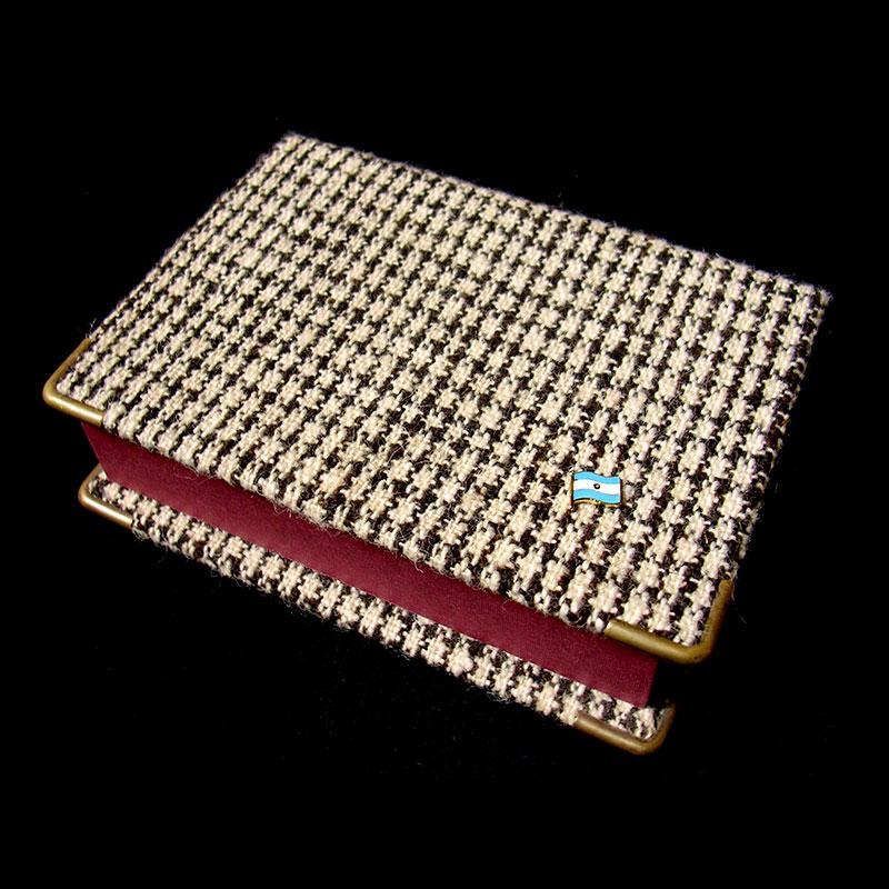 Caja bordo, objetos ensamblados, 5 cm x 14 cm x 19 cm, 2006