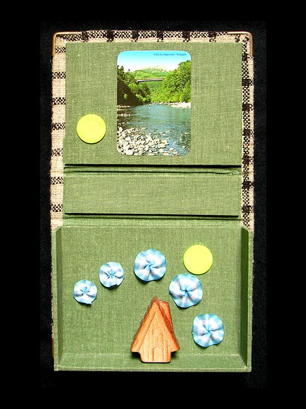 Caja verde, objetos ensamblados, detalle interior, 4 cm x 30 cm x 19 cm, 2006